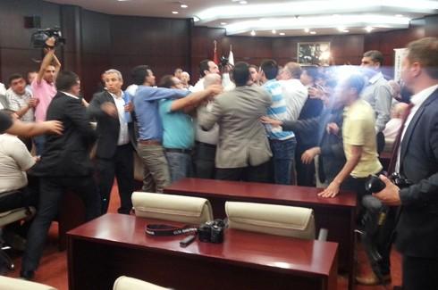 Gazeteciler kongresinde Gazetecilere saldırı!.. 9