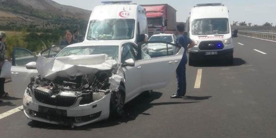 Otomobil kamyona çarptı: 5 yaralı