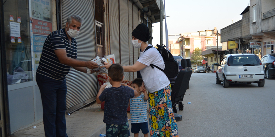 Muhtardan mahalleliye ücretsiz maske