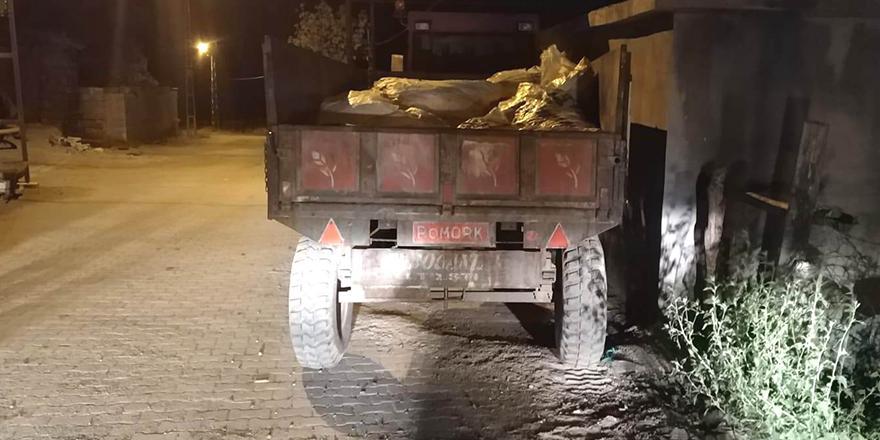 Traktörün römorkundan düştüler