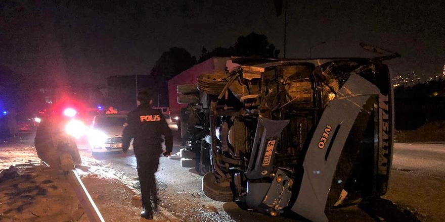 Çaldıkları minibüs ile kaza yaptılar