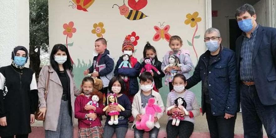 Amigurumi bebekler hediye edildi