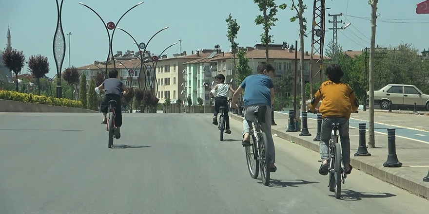 Boş caddeler bisikletli çocuklara kaldı