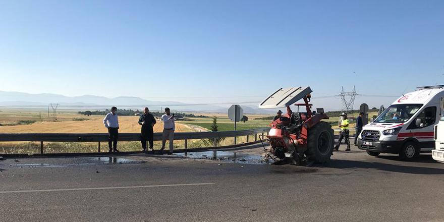 Hafif ticari araçla traktör çarpıştı: 2 yaralı