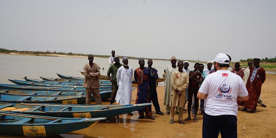 Nijer vatandaşlara balıkçı teknesi