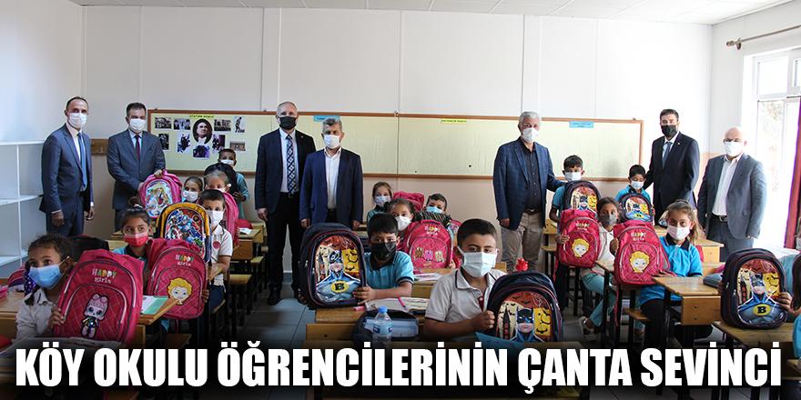 Köy okulu öğrencilerinin çanta sevinci