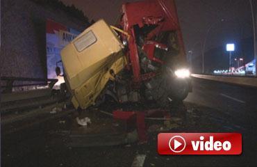 Traktör yüklü tır devrildi, sürücüsü yaralandı