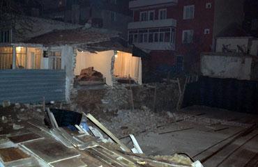 Çay içerken evinin duvarları çöktü