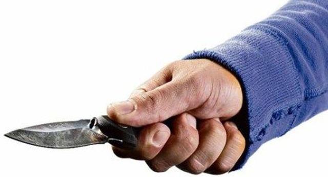 Babasını bıçakladı, yetmedi komşusunu dövdü