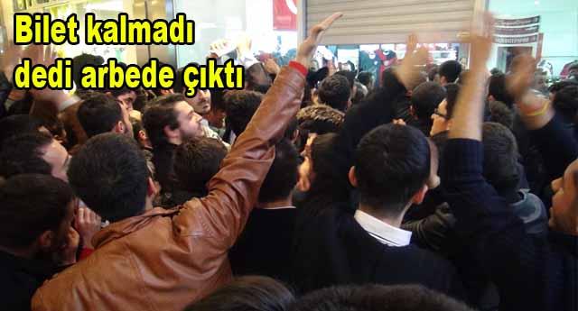 Galatasaray taraftarı camları yumrukladı