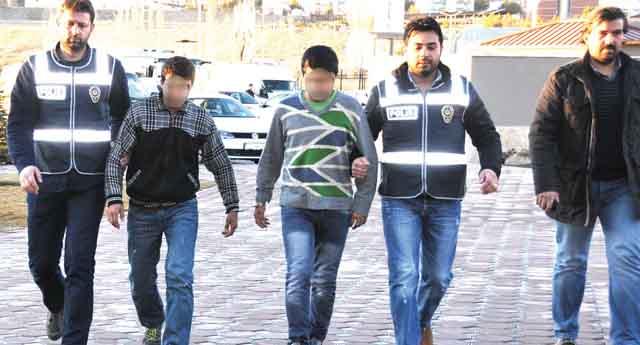 Çadır kentten kaçıp gasptan tutuklandılar