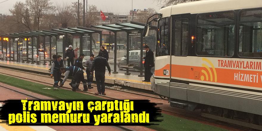 Tramvayın çarptığı polis memuru yaralandı