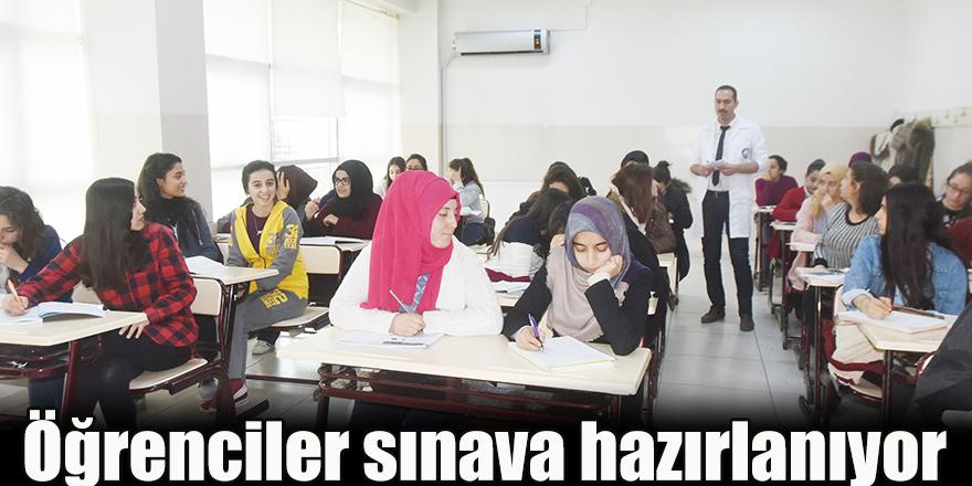 Öğrenciler sınava hazırlanıyor