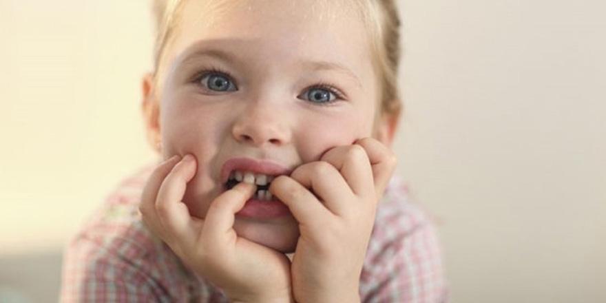 Tırnak yiyen çocuk üzerinde baskı kurmayın!