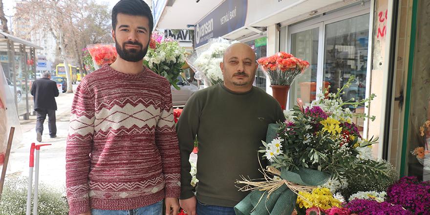 Sevgililer Günü çiçeklerine zeytin dalı süsü