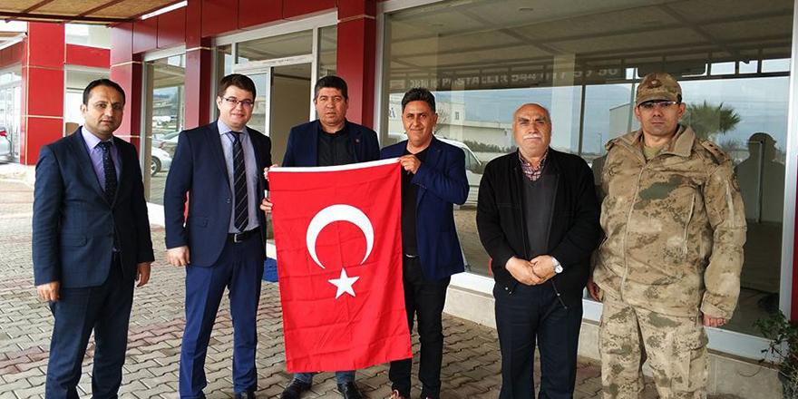 Kaymakam Türk bayrağı dağıttı