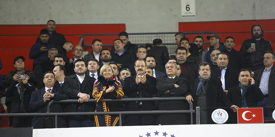 Başkan ayakta alkışladı