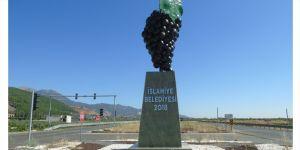 Üzüm anıtı boyandı