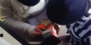 Çaldıkları parayı çekerken yakalandılar