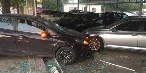 Kazaya karışan araç oto galeriye girdi
