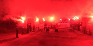 Karanlıkta kalan tesisleri meşaleyle aydınlattılar