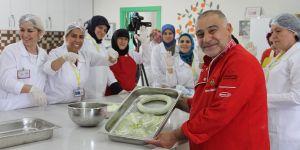 Suriyeli kadınlara yemek eğitimi