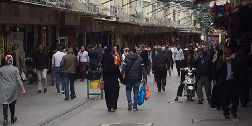 Gaziantep'te vatandaşlar çarşıya akın etti