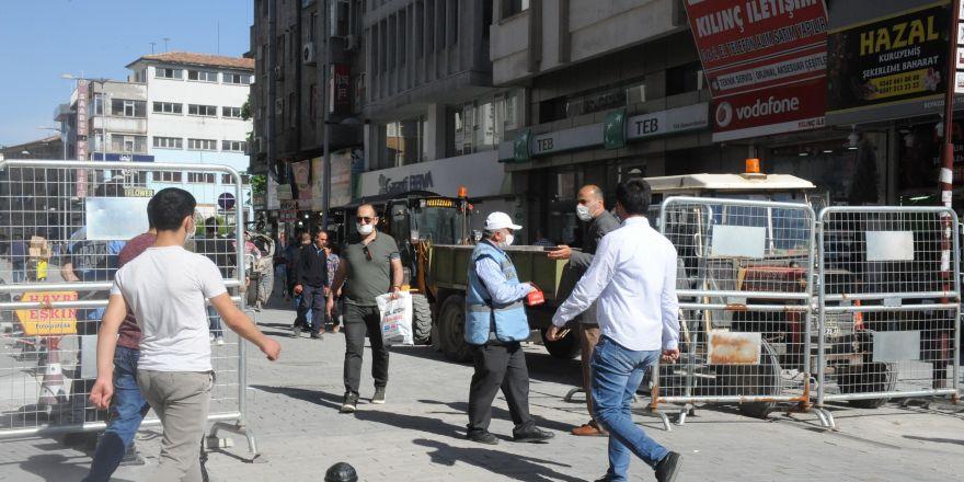 Kalabalık caddelere maskesiz giriş yasaklandı