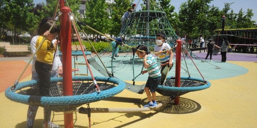 Çocuklar 53 gün sonra parklara kavuştu