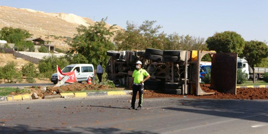 Park halinde olan ve freni boşalan kamyonet kamyona çarptı:1 yaralı