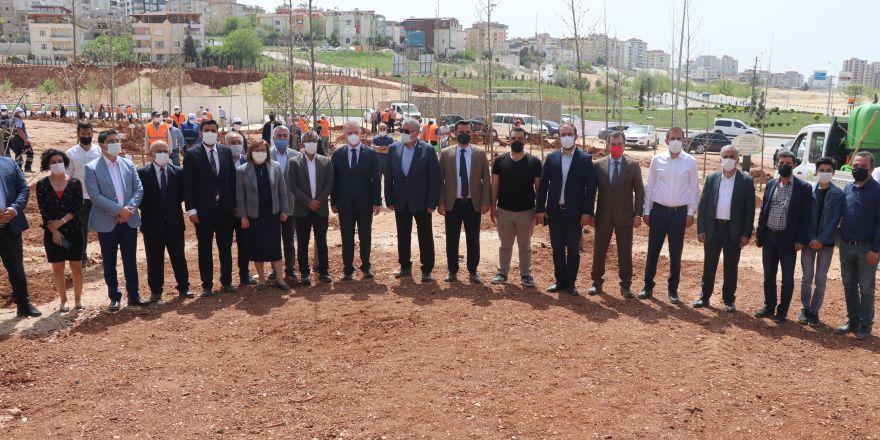 """Gazeteciler """"Yeşil Gaziantep"""" için ağaç dikti"""