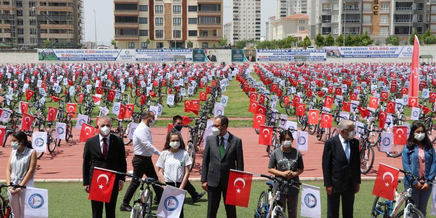 Bakan Kasapoğlu bisiklet dağıtım törenine katıldı