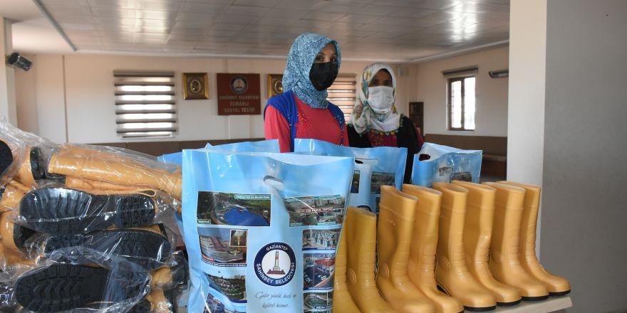 Şahinbey'den kadın çiftçi ve besicilere 6 bin 800 çizme