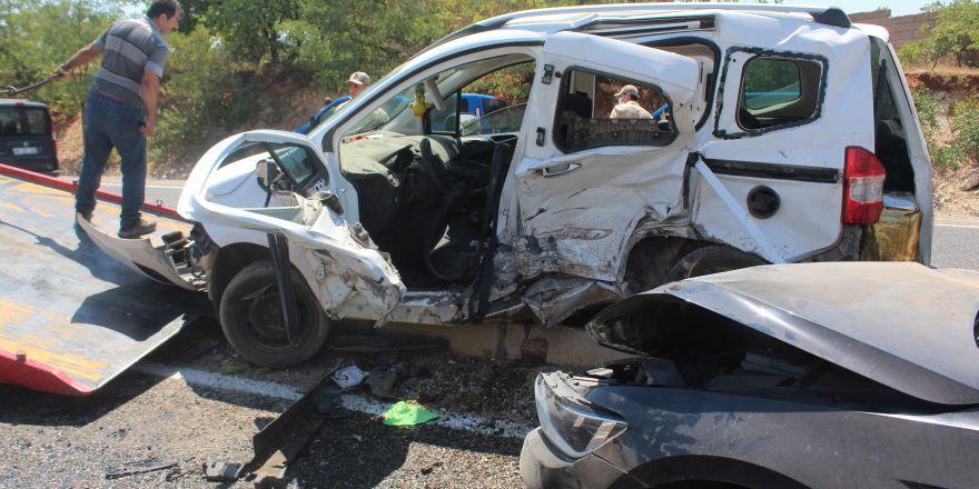 Gaziantep'te iki araç kafa kafaya çarpıştı: 2'si ağır 7 yaralı