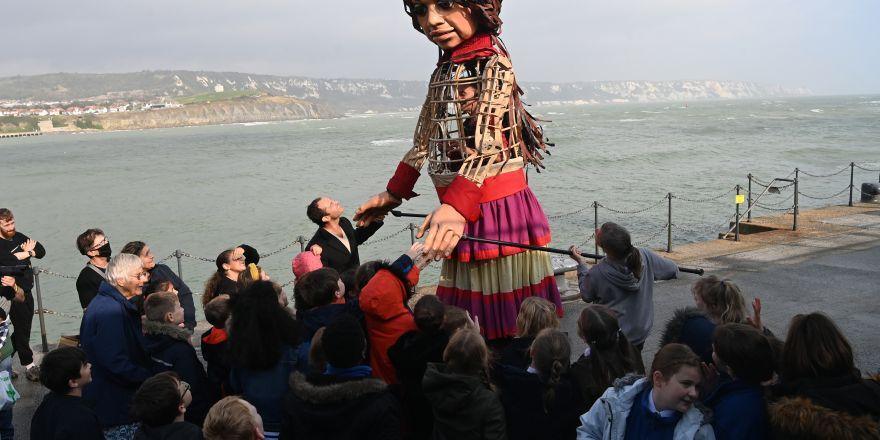 Suriyeli mülteci çocuk kuklası Amal, İngiltere'ye ulaştı