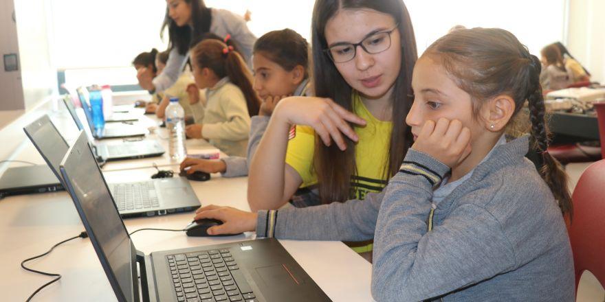 Gaziantep'te kız çocuklarına robotik kodlama öğretildi