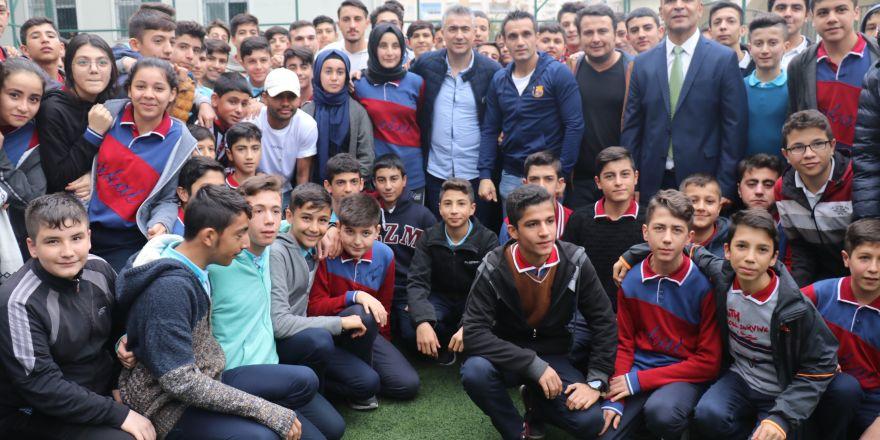 Gazişehirli futbolcular, lise öğrencileriyle bir araya geldi