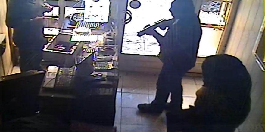 Maskeli ve silahlı şahısların kuyumcu soygunu güvenlik kamerasında