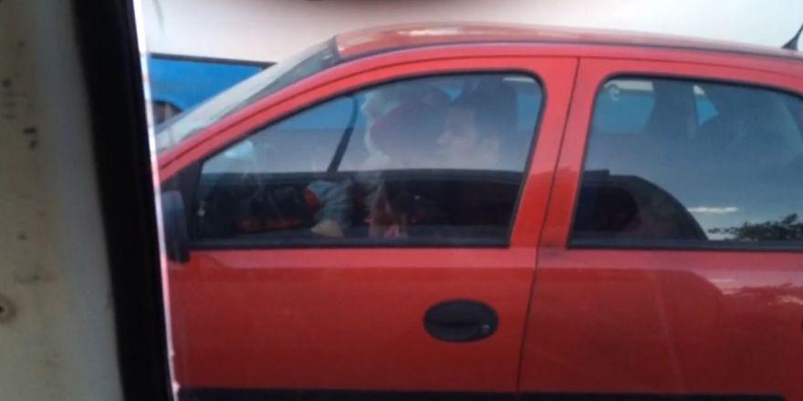 Kucağındaki çocukla araba kullanan sürücü pes dedirtti