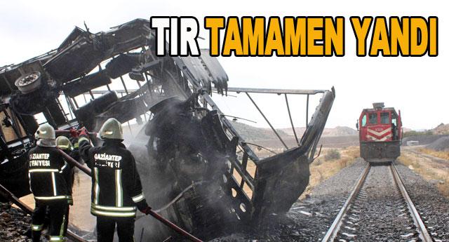 Suriyelinin kullandığı TIR, tren yoluna düştü