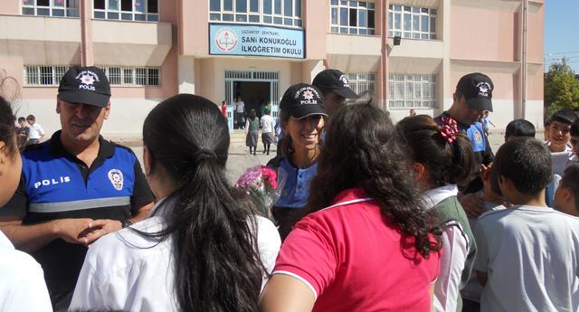 Polis öğrencilerin yanında